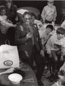 Robin Williams with children 1988, NYC.jpg